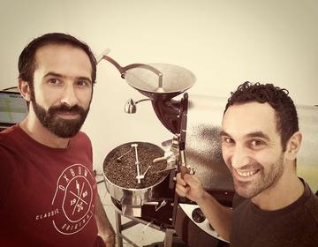 Thomas y Mattia qui torréfient du café